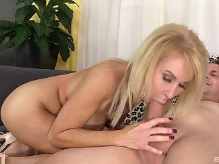 Cougar mom deals a huge dick in perfect scenes of home XXX
